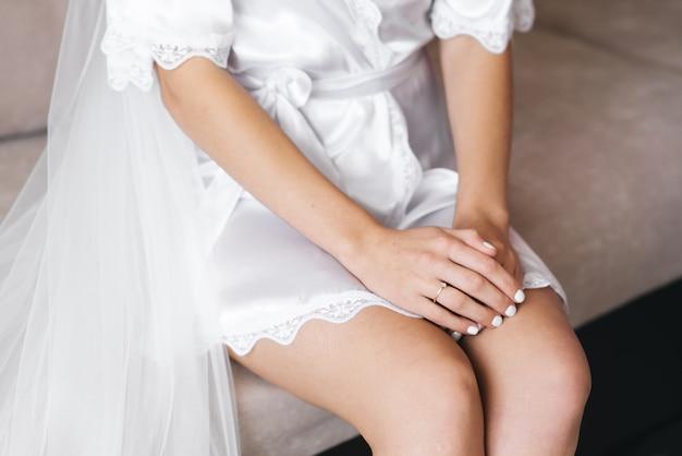 Dettagli del giorno del matrimonio. mani della sposa da vicino