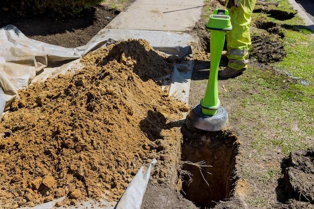 Rilevamento del tubo durante la perforazione orizzontale della terra nella posa delle comunicazioni nei lavori di costruzione