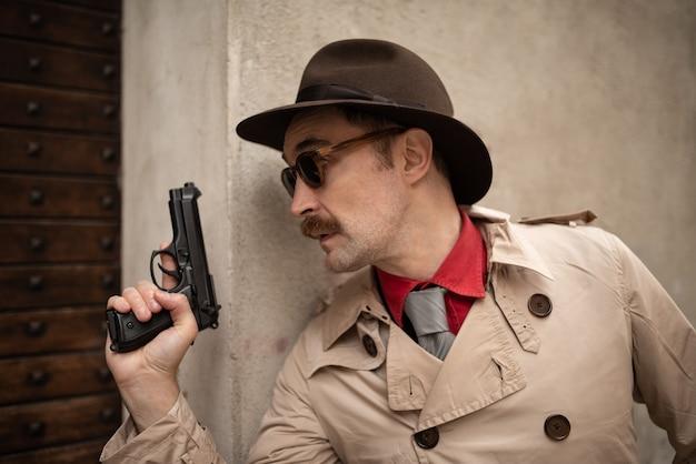 Detective che usa una pistola in una fila di scarto