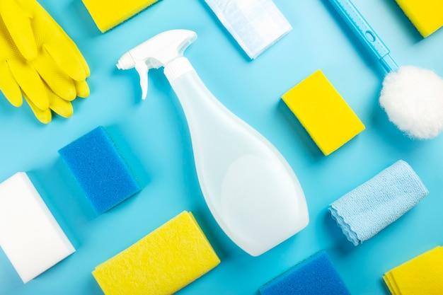 Detergenti e prodotti per la pulizia, spugne, tovaglioli e guanti di gomma