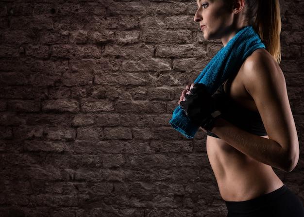 Determinata ragazza sexy in palestra pronta per iniziare la lezione di fitness