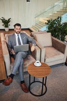 Professionista determinato con un laptop al tavolino