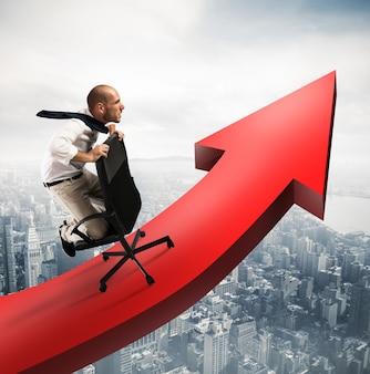 Determinato uomo d'affari su una grande freccia rossa