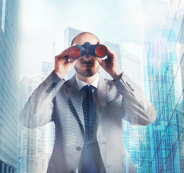 Determinato uomo d'affari in cerca di successo aziendale