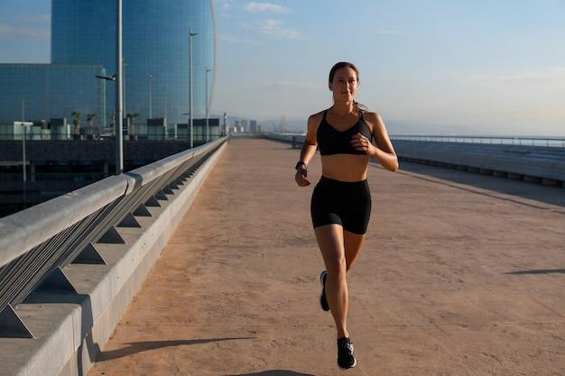 Sportiva determinata che fa jogging per strada