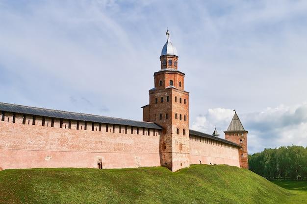 Mura della fortezza di mattoni rossi di detinets o del cremlino di novgorod e torre di guardia di kokui