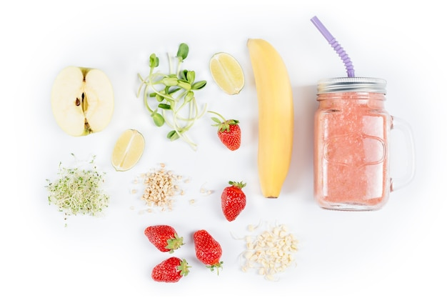 Detox cleanse drink, frutta e frullato di frutti di bosco ingredienti