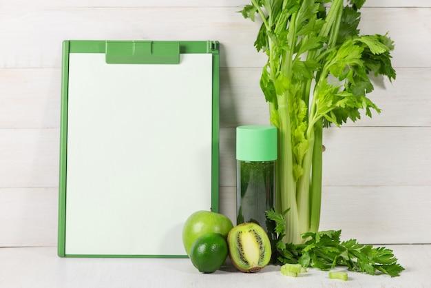 Concetto di disintossicazione. vaso di vetro di frullato verde bevanda fresca, foglie di spinaci, cetriolo, mela, frutta lime.