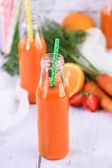 Bevanda disintossicante. succo d'arancia fragola carota appena fatto. per chi controlla la propria salute