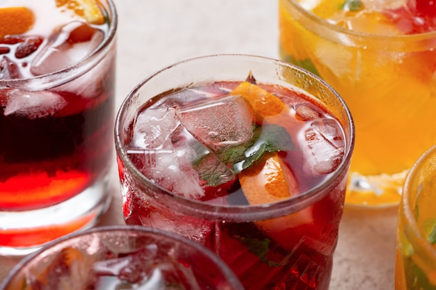 Bevande e cocktail disintossicanti con ghiaccio e frutta