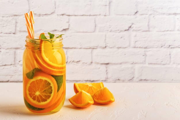 Detox frutta infusa acqua in vaso