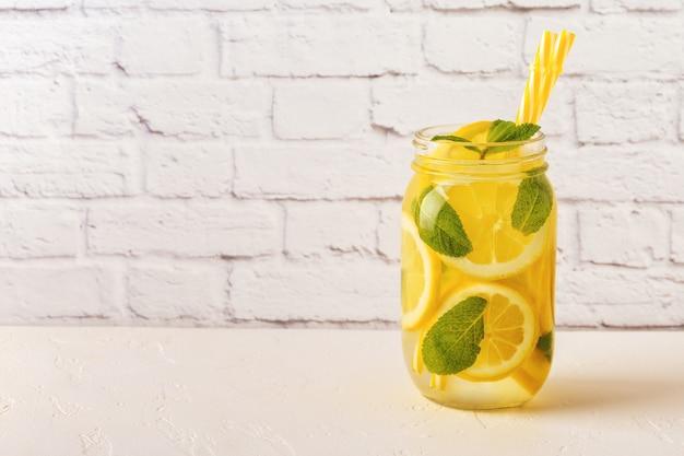 Detox frutta infusa acqua in barattoli