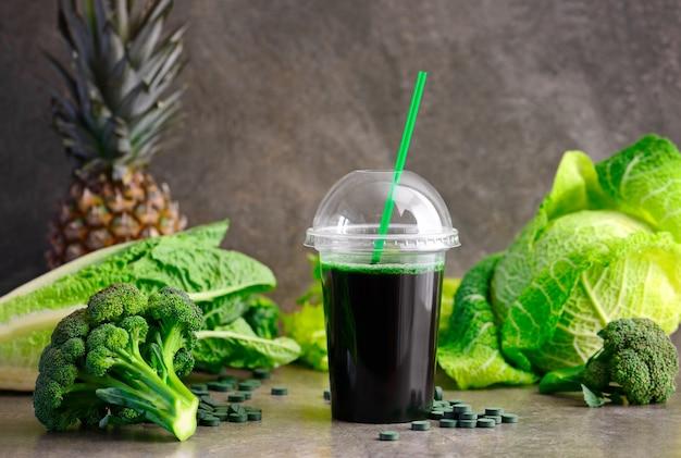 Smoothies detox verdi con spirulina di cavolo broccolo e succo d'ananas per una vestibilità magra