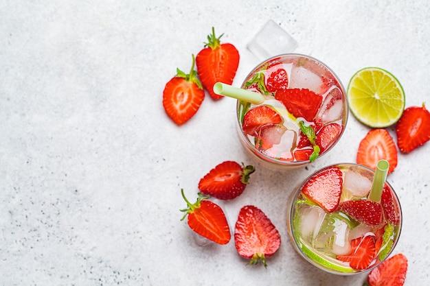 Detox sassy acqua con fragole e lime in bicchieri, vista dall'alto. concetto di mangiare sano.
