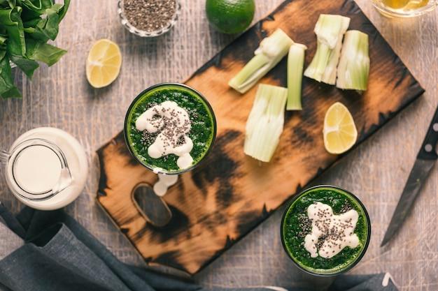 Spinaci detox con panna e semi di chia. pulizia del corpo. dieta.