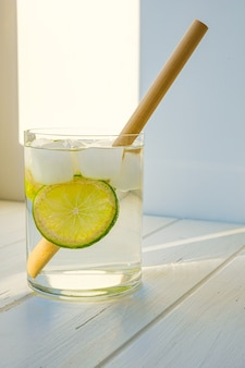 Acqua detox con lime e ghiaccio in un bicchiere.