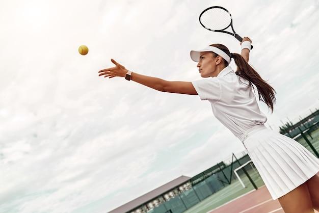 Sviluppa le tue abilità sportiva attraente lancia la palla in aria