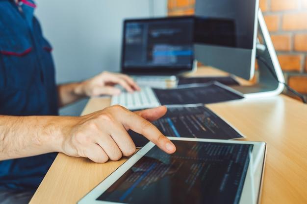 Sviluppo di programmatori sviluppo di siti web e tecnologie di codifica che lavorano in stock di società di software Foto Premium