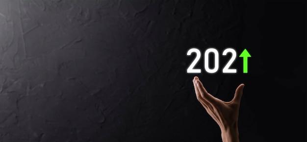 Sviluppo verso il successo e crescita del concetto dell'anno 2021. pianificare il grafico della crescita aziendale nell'anno