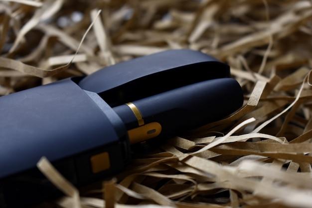 Un dispositivo per riscaldare il tabacco. sigaretta elettronica su sfondo chiaro