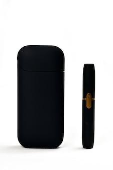 Un dispositivo per riscaldare il tabacco. sigaretta elettronica su sfondo bianco
