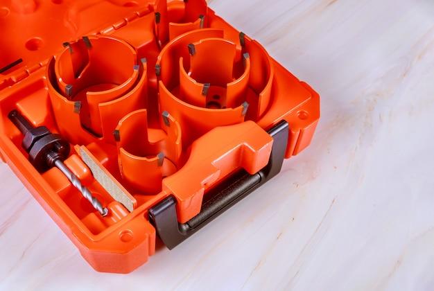 Un dispositivo per fare buchi nel legno usando una punta da trapano