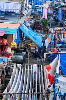 Dhobi ghat è un lavatoio per lavanderia a gettoni all'aperto a mumbai, in india, con asciugatura del bucato alle corde