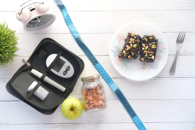 Strumenti di misurazione diabetici insulina e browni sulla tavola di legno