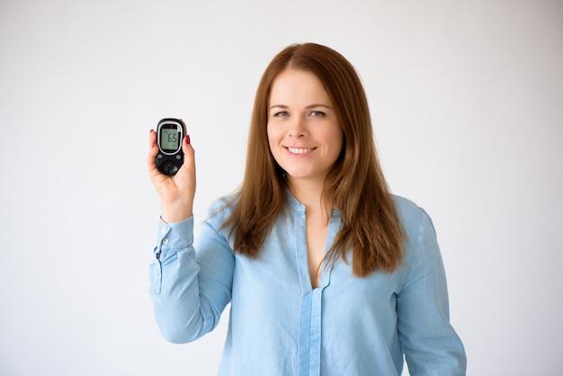 Il diabetico misura il livello di glucosio nel sangue. concetto di diabete. rifornimenti diabetici su una priorità bassa bianca
