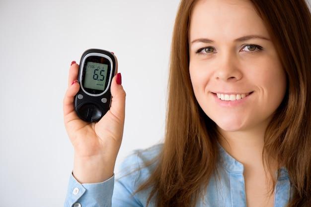 Il diabetico misura il livello di glucosio nel sangue. concetto di diabete. forniture per diabetici su uno sfondo bianco.
