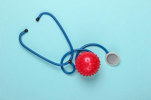 Diagnosi di coronavirus, polmonite. stetoscopio con un ceppo di virus sull'azzurro