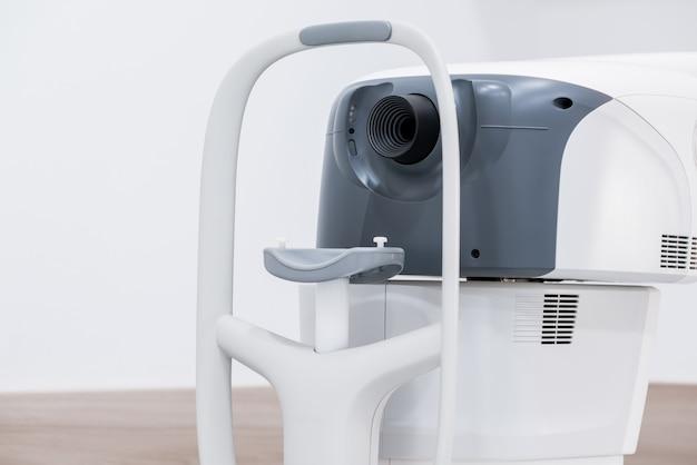 Apparecchio oftalmologico diagnostico. moderne attrezzature mediche nell'ospedale oculistico. concetto di medicina