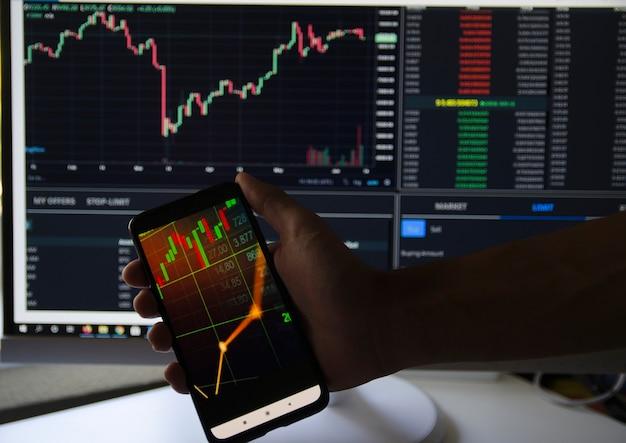 Diagrammi e grafici su schermo virtuale tecnologia di analisi dei dati di strategia aziendale e finanziaria