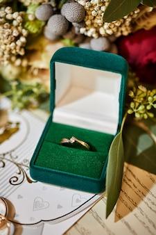 Anello di fidanzamento con diamante in una bellissima scatola di nozze