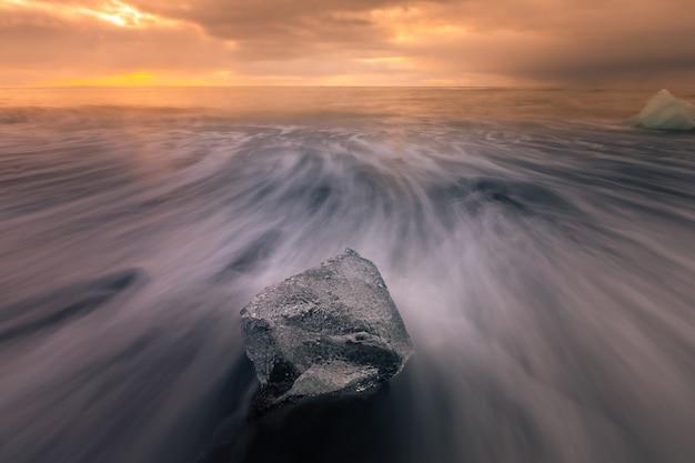 Spiaggia di ghiaccio diamante vicino al ghiacciaio della laguna jokulsarlon dal ghiacciaio vatnajökull nel sud dell'islanda.