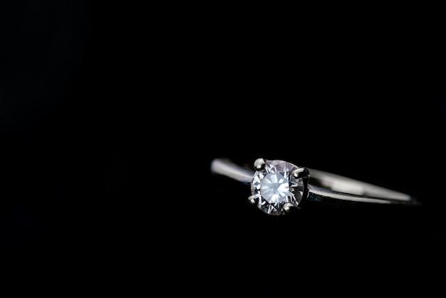 Anello di diamanti con copia spazio