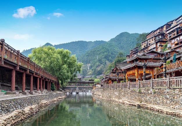 Diaojiaolou nel villaggio di xijiang miao, guizhou, cina.