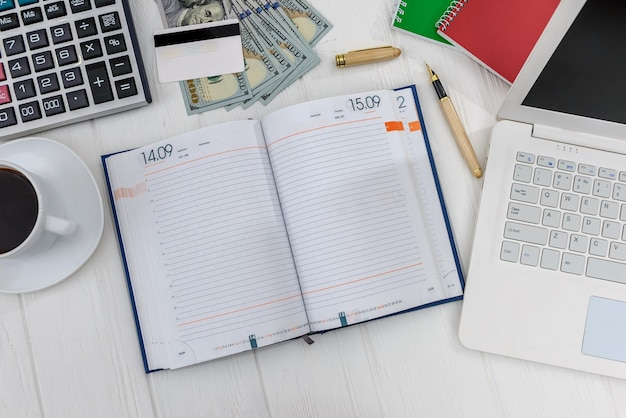 Diario con laptop, pianificazione quotidiana a tavola