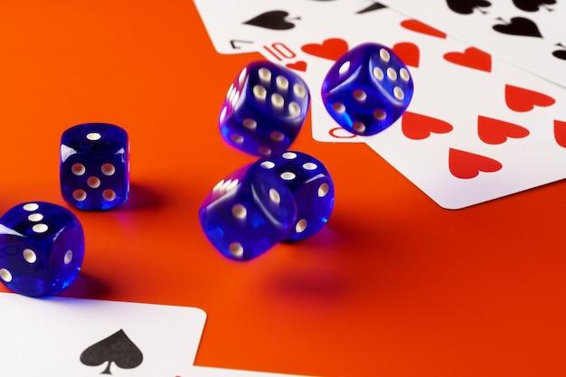 Dadi e carte sparsi sul tavolo vicino