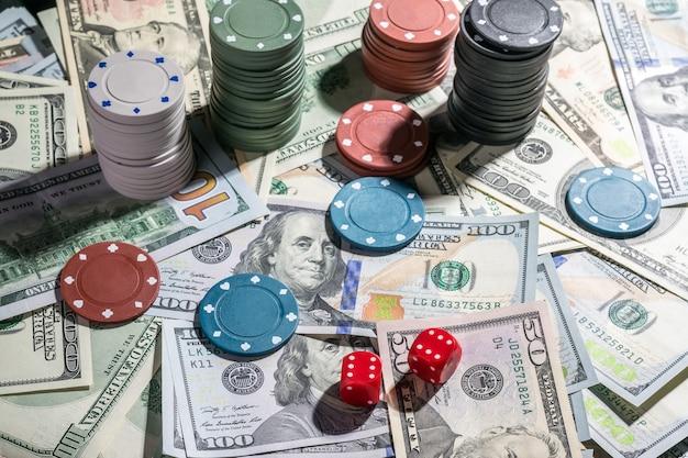 Dadi e fiches su cahe, jackpot del casinò. concetto di gioco d'azzardo