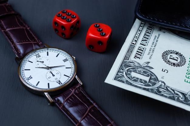 Dadi e portafoglio con un dollaro su sfondo nero, successo del gioco del casinò