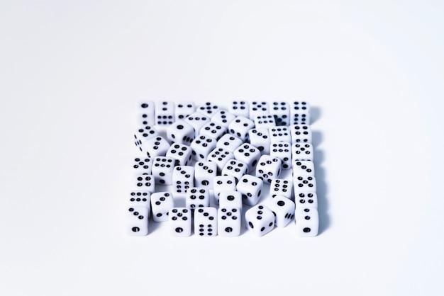 Dadi su uno sfondo bianco impilati in un quadrato