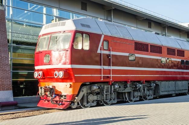 Locomotiva diesel sulla piattaforma della stazione ferroviaria.