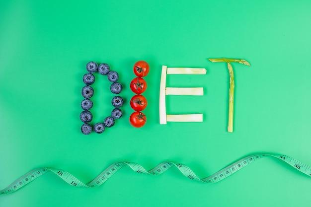 Disposizione dieta di frutta e verdura su sfondo verde