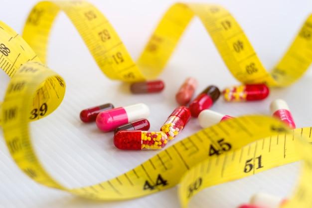 Concetto di dieta; sottile con le pillole, pericoloso per la salute.