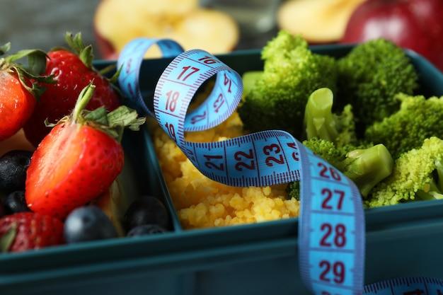 Concetto di dieta con scatola del pranzo, primo piano