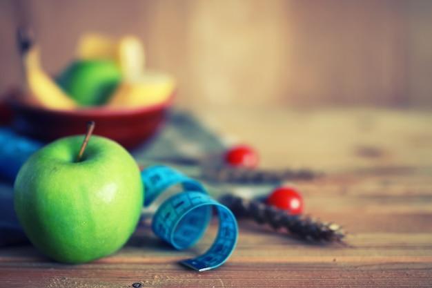 Dieta frutta mela centimetro fondo in legno