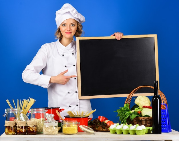 Dieta stile di vita sano donna chef punti su una tavola menu sano kitchener isolato su blue