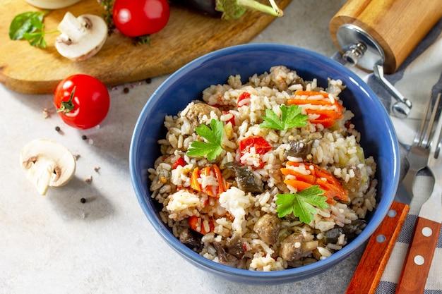 Menù dietetico cibo sano vegetariano verdure funghi pilaf riso con melanzane e funghi