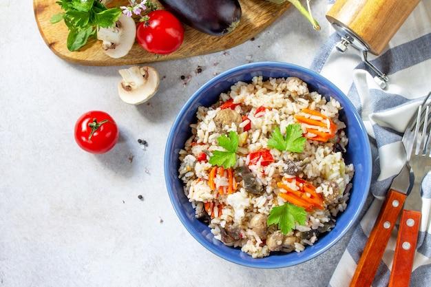 Menù dietetico cibo sano vegetariano verdure funghi pilaf riso con melanzane vista dall'alto
